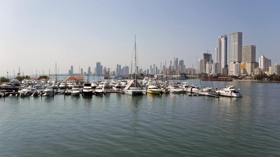 Club de pesca de Cartagena (Marina) and Bocagrande in the background
